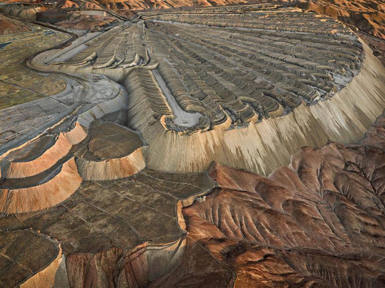 Christophe Guye Galerie: Edward Burtynsky Chuquicamata Copper Mine Overburden #2, Calama, Chile, 2017.