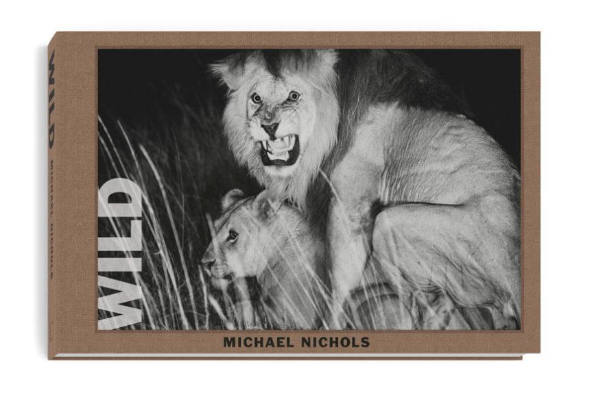 """Das Buch """"Wild"""" mit Fotografien von Michael Nichols: 38,5 x 25,5 cm, 320 Seiten, 240 Fotografien, Englisch, Hardcover, Leinen gebunden, aufkaschiertes Coverfoto, beigelegter Fine Art Print, Handsignierte Edition von 1000 Exemplaren, Erscheint: Juli 2020, 125 Euro."""
