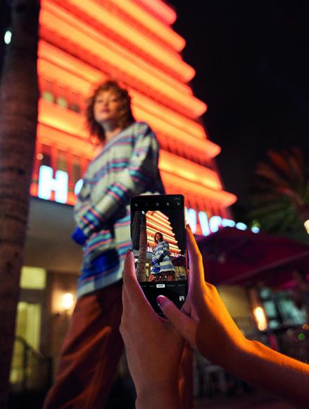 Selbst nach Einbruch der Dunkelheit sind Freihandaufnahmen möglich. Meist werden dazu mehrere unterbelichtete Bilder in schneller Folge aufgenommen und deren Belichtung wird addiert.