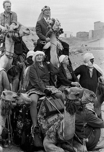 © Thomas Hoepker, © Magnum Photos, Group of norwegian tourists mount their camels near the pyramids of Giza, Cairo, Egypt, 1962