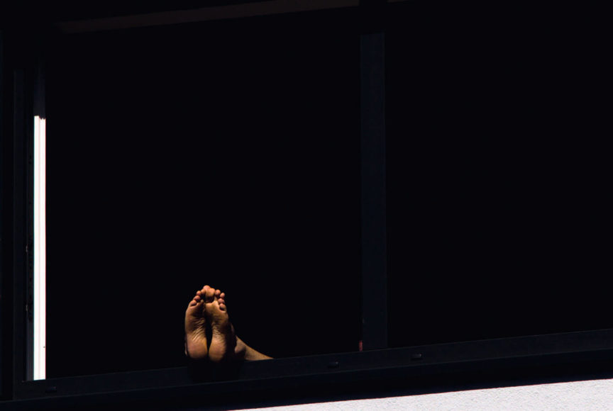 """MARKUS SCHNABEL - 3. Platz """"Dieses Foto habe ich zu Beginn der sogenannten Corona-Krise gemacht, als die Sonne in die Aachener Straße (Köln) fiel und damit auch auf dieses Fenster, wo offenbar gerade jemand die Freiheit genoss, dort zu chillen und seine Füße auf die Fensterbank zu platzieren. Das Foto ist gecroppt und leicht gekippt, damit die Bildarchitektur stimmt."""" medianautiker.de"""