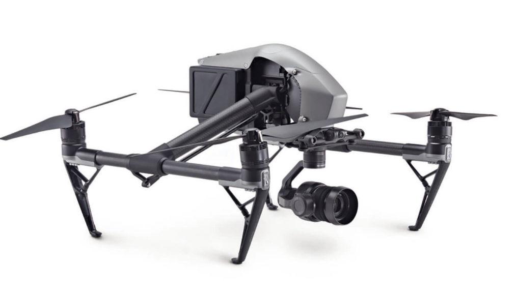 Ein professionelles Kamerasystem mit großem Micro-FourThirds-Sensor und Wechselobjektivsystem trägt die DJI Inspire 2 (ab circa 3.400 Euro). Die Abbildung oben zeigt die Professional-Ausführung (circa 11.400 Euro) mit 20,8-Megapixel-MFT-Kamera mit 5,2K-Video und einem Dynamikbereich von 12,8 Lichtwerten.