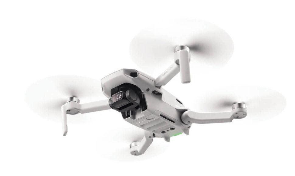 Die DJI Mavic Mini (unten und links, circa 400 Euro) mit einem Startgewicht von 249 g bietet ein Gimbal und eine 12-Megapixel Kamera (1/2,3 Zoll) sowie ein 24-mm-Objektiv.