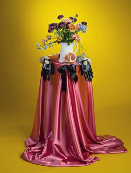 © Amanda Rowan Lack und Leder vor seidigem Stoff: Die Künstlerin beherrscht das Spiel mit Kontrasten.