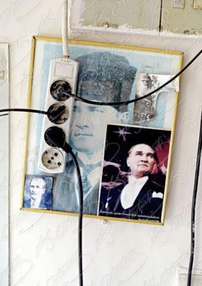 """© Mine Dal, """"Everybody's Atatürk"""", mit Texten von Zülfü Livaneli und Altan Öymen, in Englisch und Türkisch, Softcover, 368 Seiten, 280 Farbabbildung, 19.5 x 26 cm, 68 Euro."""