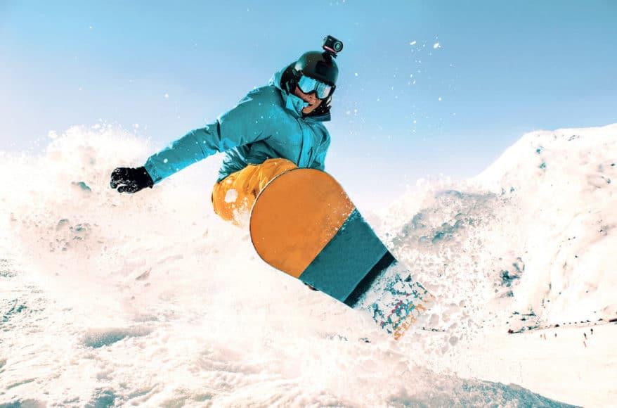 Als Helmkamera bringt die One R selbst mit dem Leica-Modul den Snowboarder nicht aus dem Gleichgewicht.