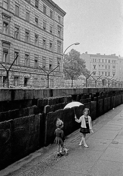 Children playing at the Western side of the Berlin wall, WestBerlin, 1963, © Thomas Höpker and Magnum Photos.