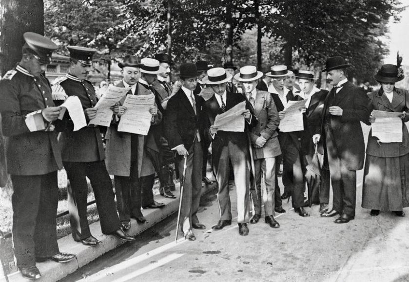 Verteilung von Extrablättern der Vossischen Zeitung zur Verhängung des Kriegsrechts, August 1914. © bpk.