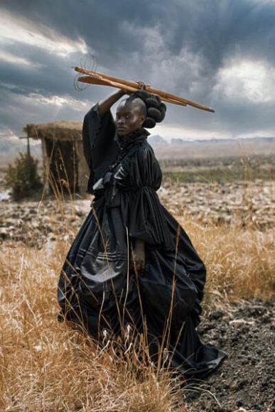 """Die Fotografin Tamary Kudita zu ihrem siegreichen Beitrag: """"Mit diesem Bild wollte ich einen hybriden afrikanisch-viktorianischen Bezug darstellen: meine Art, die stereotype Kontextualisierung des schwarzen weiblichen Körpers zu untersuchen. Ich biete eine alternative Version der Realität, in der Dualitäten zu einer neuen visuellen Sprache. Ein viktorianisches Kleid zu wählen und es mit traditionellen Shona-Kochutensilien zu kombinieren, war meine Art, eine facettenreiche Identität zu zeigen. © Tamary Kudita, Zimbabwe, Category Winner, Open, Creative, 2021 Sony World Photography Awards."""