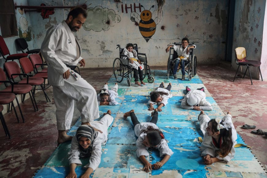 Anas Alkharboutli besuchte im syrischen Dorf Aljiina in der Nähe der Stadt Aleppo einen besonderen Ort. Dort hat Wasim Satot eine Karateschule für Kinder eröffnet. Das Besondere ist, dass Mädchen und Jungen mit und ohne Behinderung gemeinsam unterrichtet werden. Sie sind zwischen sechs und 15 Jahre alt. Mit seiner Schule möchte Satot ein Gemeinschaftsgefühl schaffen und alle Kriegstraumata in den Köpfen der Kinder überwinden.  © Anas Alkharboutli, Syrian Arab Republic, Winner, Professional, Sport, 2021 Sony World Photography Awards