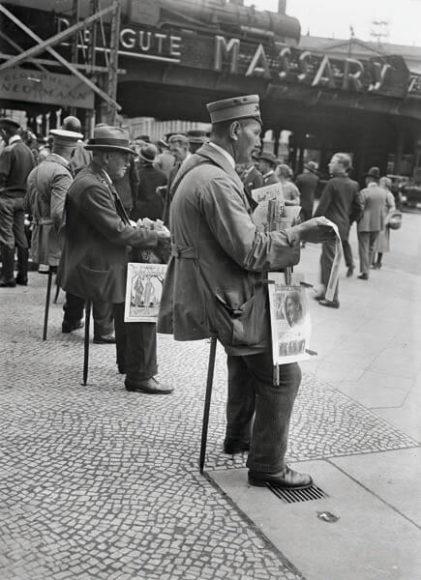 Zeitungsverkäufer auf Sitzstöcken am Alexanderplatz, 1927.  © bpk / Kunstbibliothek, SMB, Photothek Willy Römer / Willy Römer.