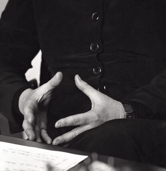 """© Volker Hinz. Angela Merkel, Berlin 2004. Es ist nicht sicher, ob Hinz sich der Gegensätzlichkeit dieser Geste (""""Die Raute"""") zwischen innerer Zentrierung und abgearbeiteten Fingernägeln bewusst war. Auf jeden Fall ist diese Haltung im kollektiven Gedächtnis verankert."""