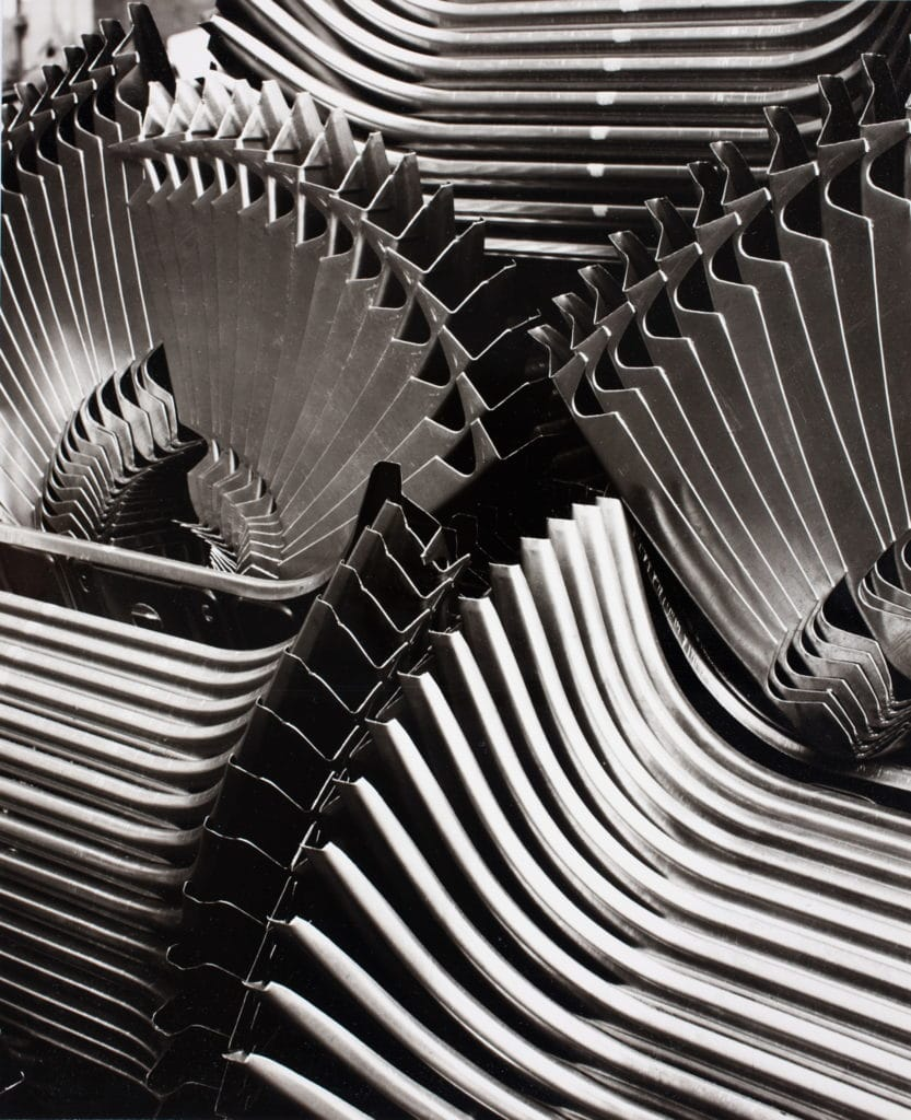 Peter Keetman: Vordere Abschlussbleche, aus der Serie: Eine Woche im Volkswagenwerk, Wolfsburg 1953, Münchner Stadtmuseum, © Stiftung F. C. Gundlach, Hamburg