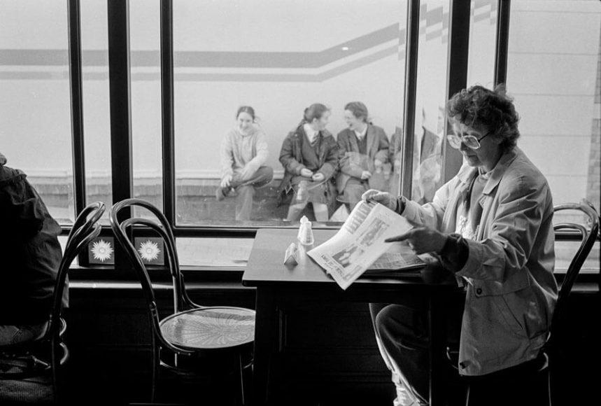 © Thekla Ehling, Eine Frau liest Zeitung in Limerick, Irland, 1993.  (@Agentur-Focus/courtesyCLAIRbyKahn)