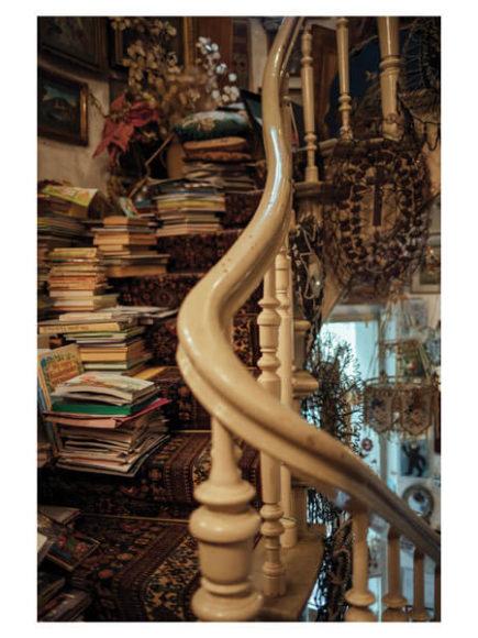 """© Harald Krieg, """"Ihre Erinnerung"""". Der Flur von Evelyn Ulzen, einer weltbekannten Spezialistin für Glasperlen und leidenschaftliche Sammlerin schöner Dinge. Die Treppe als Wissensspeicher einer achtzigjährigen Dame.  (@Agentur-Focus/courtesyCLAIRbyKahn)"""