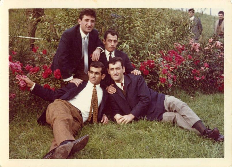 """Ali Kanatli (vorne rechts) mit Freunden am Aachener Weiher Köln, 1965.  """"Sicherlich möchte man schöne Orte fotografieren, wenn ein Foto aufgenommen wird. Man wählt schöne Orte aus, um eine gute Aufnahme zu haben und gut auszusehen."""" (Ali Kanatli) © Ali Kanatli/DOMiD-Archiv, Köln"""