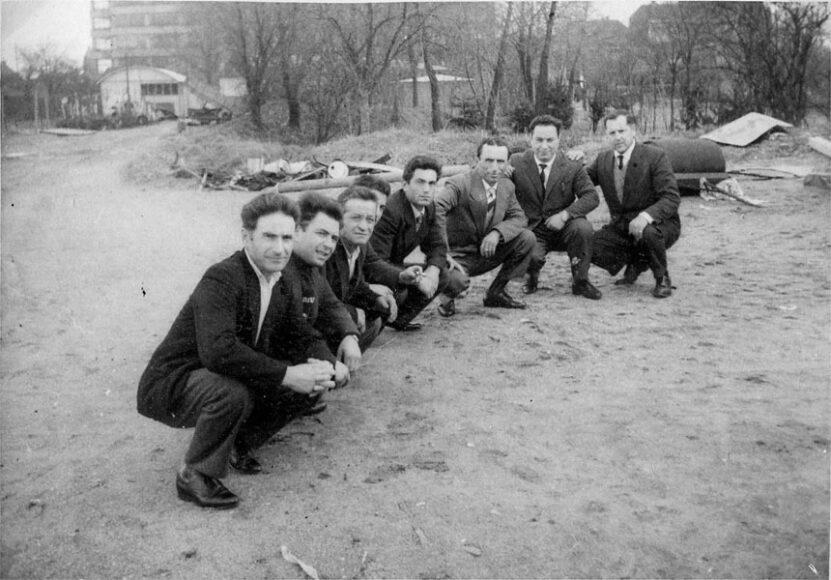 """Die Familie Spitaleri beim Sonntagsspaziergang, Köln-Kalk, um 1967. """"Das Radio, das mein Vater trägt, hatte er meiner Mutter gekauft, weil sie sich sehr einsam fühlte, als mein Bruder und ich noch in Italien waren. Es gab das Radio Colonia in italienischer Sprache. Oder das Radio Prag, wo Leute ein Lied widmen konnten. Ich habe viele italienische Lieder auf Radio Prag gehört."""" (Rosa Spitaleri)© Rosa Spitaleri/DOMiD-Archiv, Köln."""
