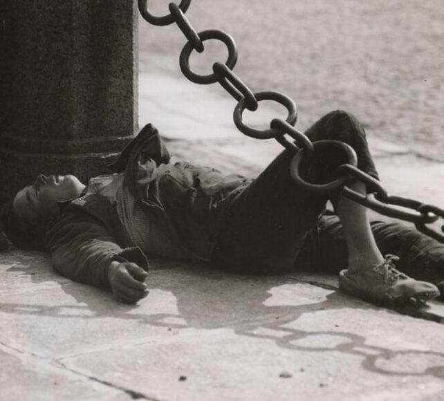 """Ernst A. Heiniger, """"Bjesprisorni"""", schlafender Knabe in Leningrad, 1932 © Fotostiftung Schweiz."""