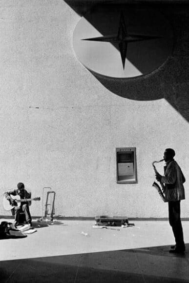 Joseph Rodriguez, TAXI Series, Citicorp Building, Midtown, NY 1984, © Joseph Rodriguez, courtesy Galerie Bene Taschen.