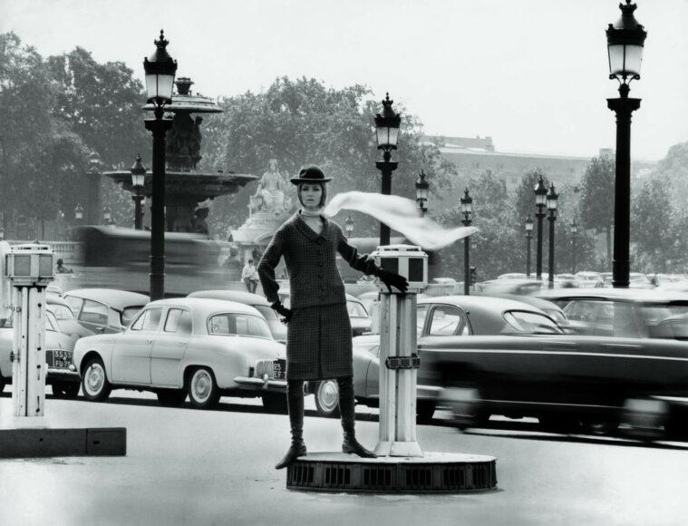 """L´air de Paris"" / Modell von Pierre Cardin / Paris, Place de Concorde 1963 / © F.C. Gundlach / Stiftung F.C. Gundlach"