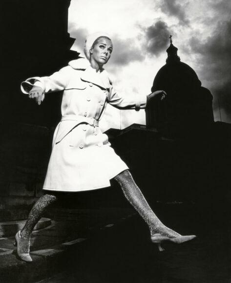 """Karin Mossberg vor dem Panthéon"" – Nina Ricci Paris 1966  / © F.C. Gundlach / Stiftung F.C. Gundlach"